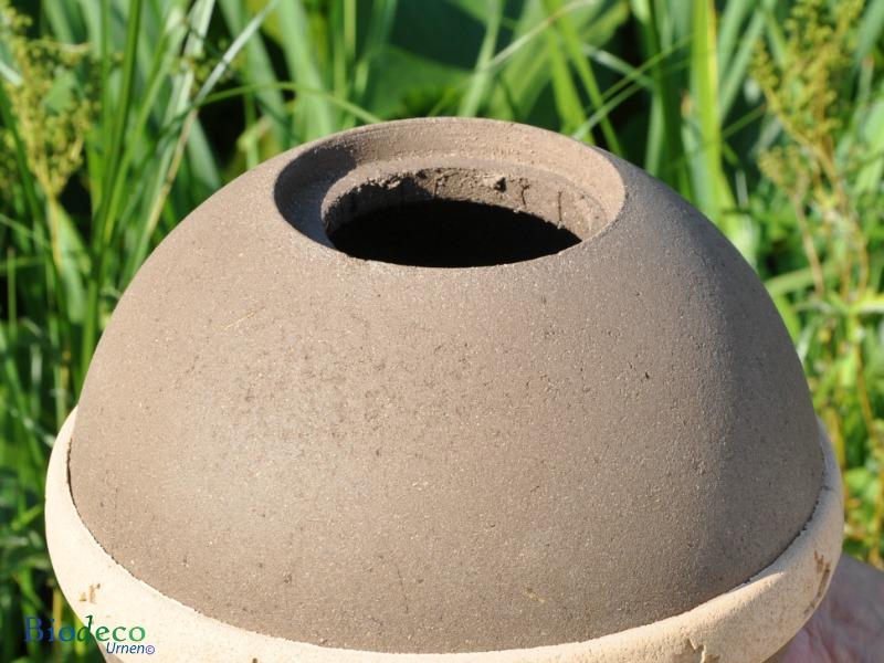 Opening van de biologisch afbreekbare eco-urn Geos opgebouwd uit organisch compost, zand en mineralen