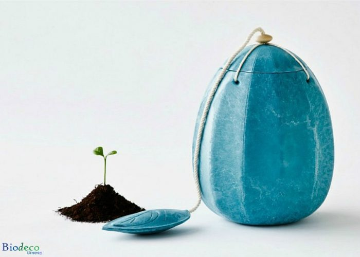 De biologisch afbreekbare zee-urn Beyond, kleur turquoise, een zachte urn voor een asbijzetting in het water