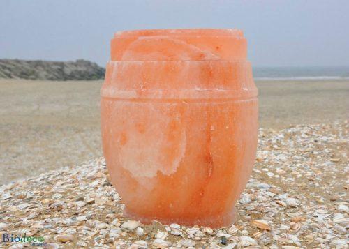 Zee-urn van Himalaya steenzout op het strand van Scheveningen, met de havenhoofden in de Noordzee op de achtergrond