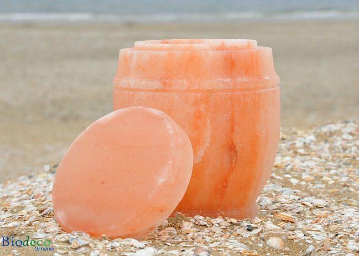Zee-urn van Himalaya Steenzout, op het strand van Scheveningen, voor een asbijzetting in het water