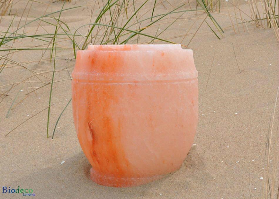 De biologisch afbreebbare zout-urn Himalaya op het strand in Scheveningen