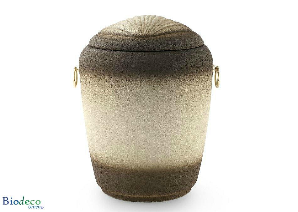 De biologisch afbreekbare zee-urn Jacobsschelp, gedecoreerd met een Jacobsschelp in het deksel, voor een asbijzetting in het water.