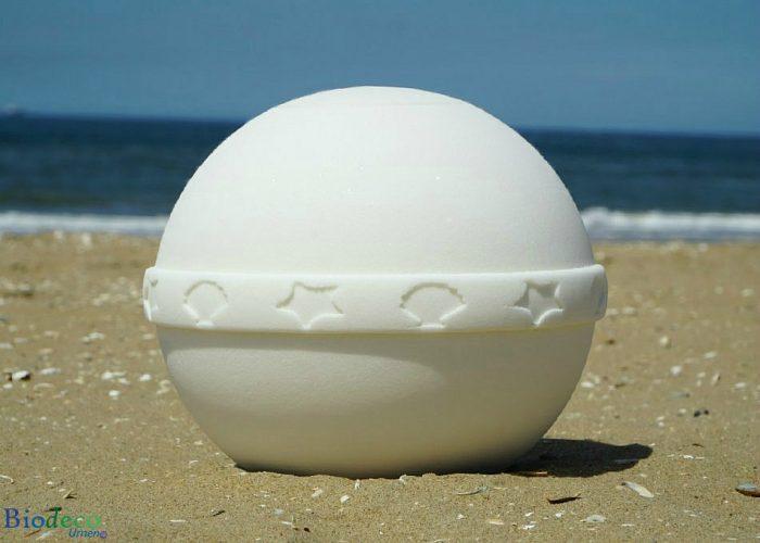 De witte zee-urn Nu Spirit met mediterrane band, op het strand van Scheveningen, gemaakt van organisch zout