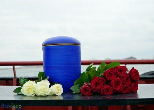 Biologisch afbreekbare zee-urn oceaanblauw, opgesteld op een schip voor asbijzetting in de Noordzee