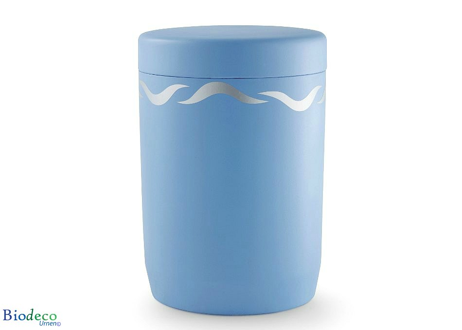 De biologisch afbreekbare zee-urn Zilveren Golven, lichtblauwe urn gedecoreerd met onstuimige golven