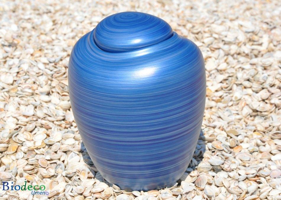 Bio-urn Ocean Aqua, biologisch afbreekbare urn op de schelpen op het strand van Scheveningen