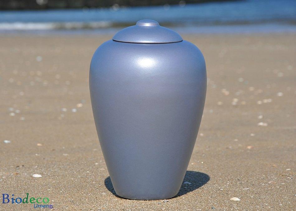 Bio-urn Classic Aqua, biologisch afbreekbare urn op het strand van Scheveningen voor de zee