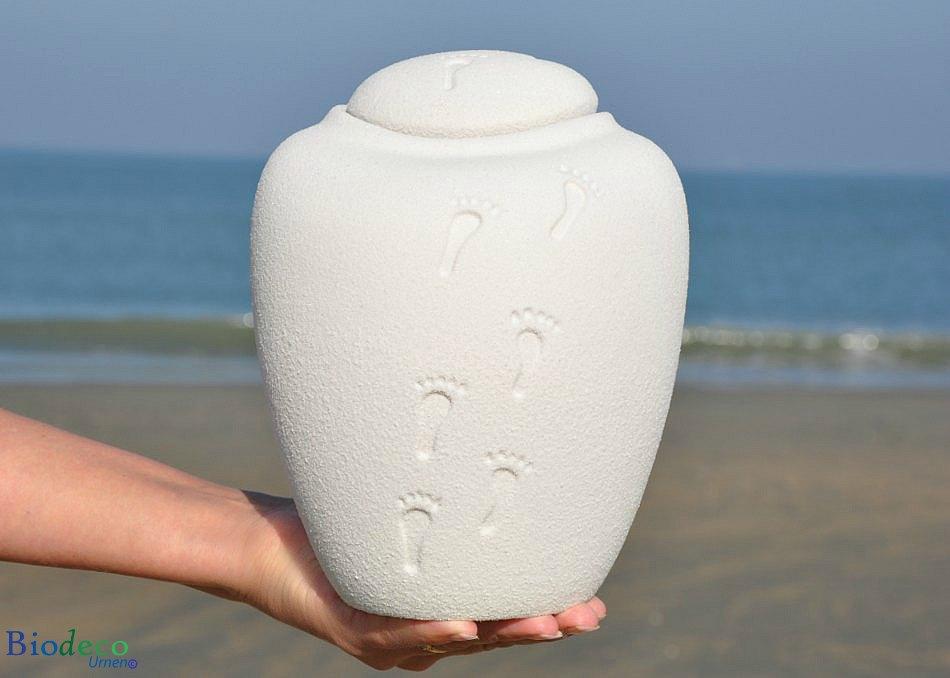 Bio-urn Ocean Ouartz Footprints, biologische afbreekbaar op handen gedragen