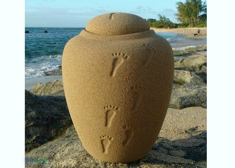 Bio-urn Ocean Sand footprints, biologisch afbreekbare urn op een rots voor de zee