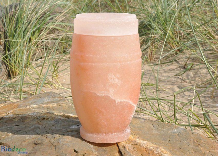 Oplosbare mini zee-urn van Himalaya zout, op een rots opgesteld