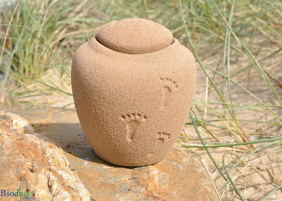 Mini zee-urn Ocean Sand Footprints, biologisch afbreekbare urn op een rots tussen helmgras