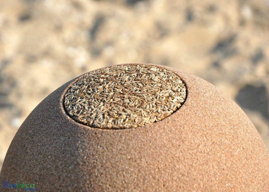 Detail van de deksel van de biologisch afbreekbare Samsara Zand-urn, voor asbijzetting in het water of de aarde