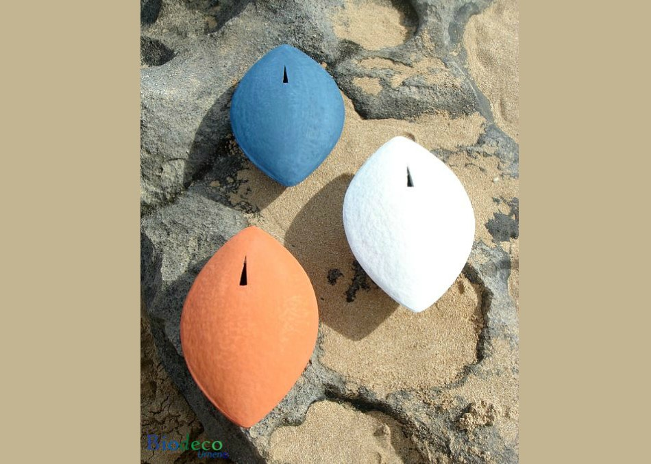 De biologisch afbreekbare zee-urn Memento in drie kleuren, op de rotsen, voor een asbijzetting in het water