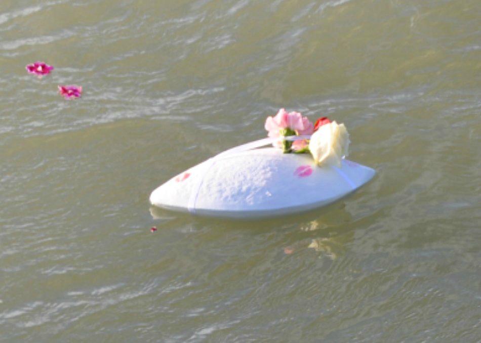 De biologisch afbreekbare zee-urn Memento Wit, drijvend in de Noordzee na een asbijzetting in het water