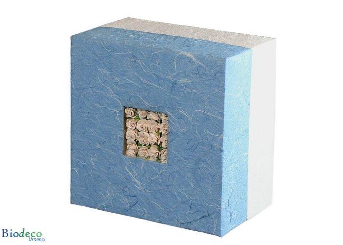 De biologisch afbreekbare urn Bloemen Boeket, bekleed met blauw handgeschept papier en ingelegd met witte papieren roosjes