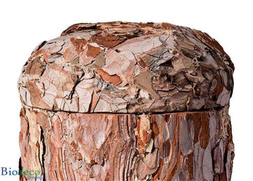 Detail van de biologisch afbreekbare Pijnboomschors-urn, voor een asbijzetting in de aarde