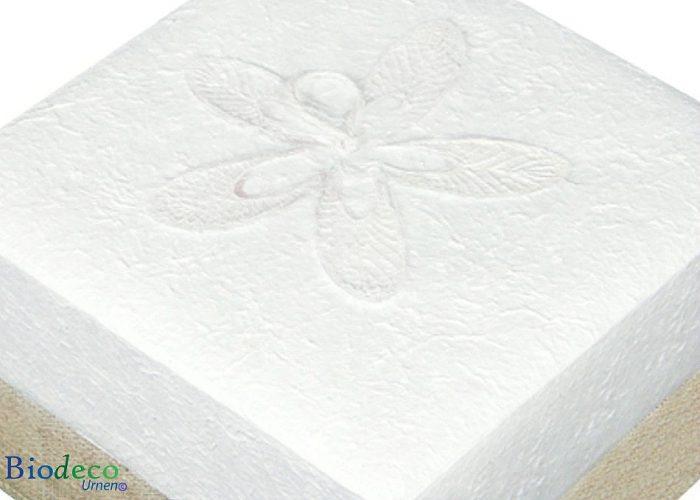 Detail van de biologisch afbreekbare urn Witte Hennep, bekleed met henneptextiel, voor een asbijzetting in de aarde