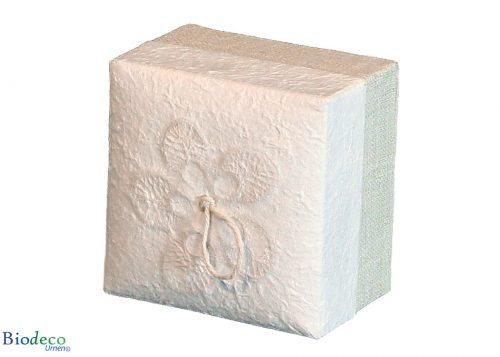 De biologisch afbreekbare mini-urn Witte Hennep, bekleed met henneptextiel, voor een asbijzetting in de aarde