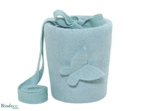 De biologisch afbreekbare mini vilt-urn Vlinder Lichtblauw, gedecoreerd met een vilten vlinder, voor een asbijzetting in de aarde