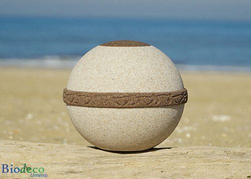 De biologisch afbreekbare zee- of aarde-urn Cuartzo Zand-urn, van kwarts- en strandzand. Voor een as-bijzetting op zee of in de aarde